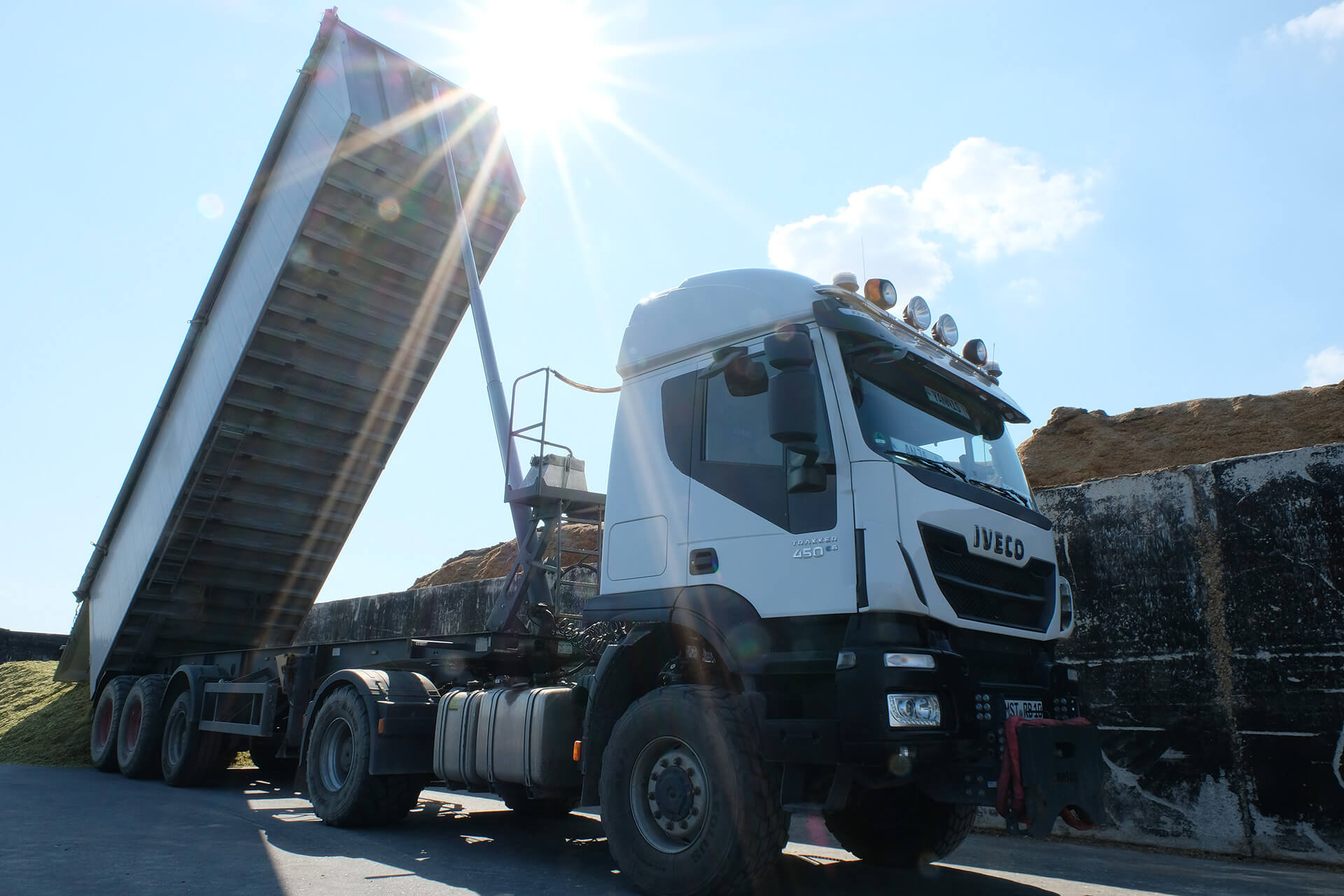 Schüttgut-Transport - LKW mit angekipptem Anhänger