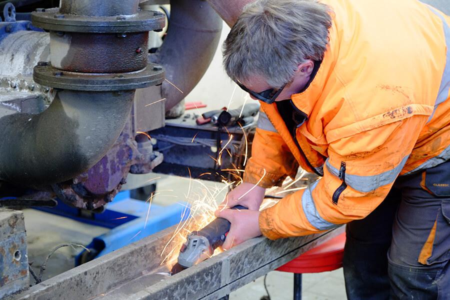 Durchführen von Reparaturen - direkt vor Ort - so sind unsere Fahreuge wieder schnell einsatzbereit